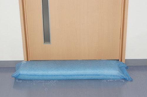 ドアやシャッター付近からの雨水の浸入を防止。「クイック防水堤」を発売します。